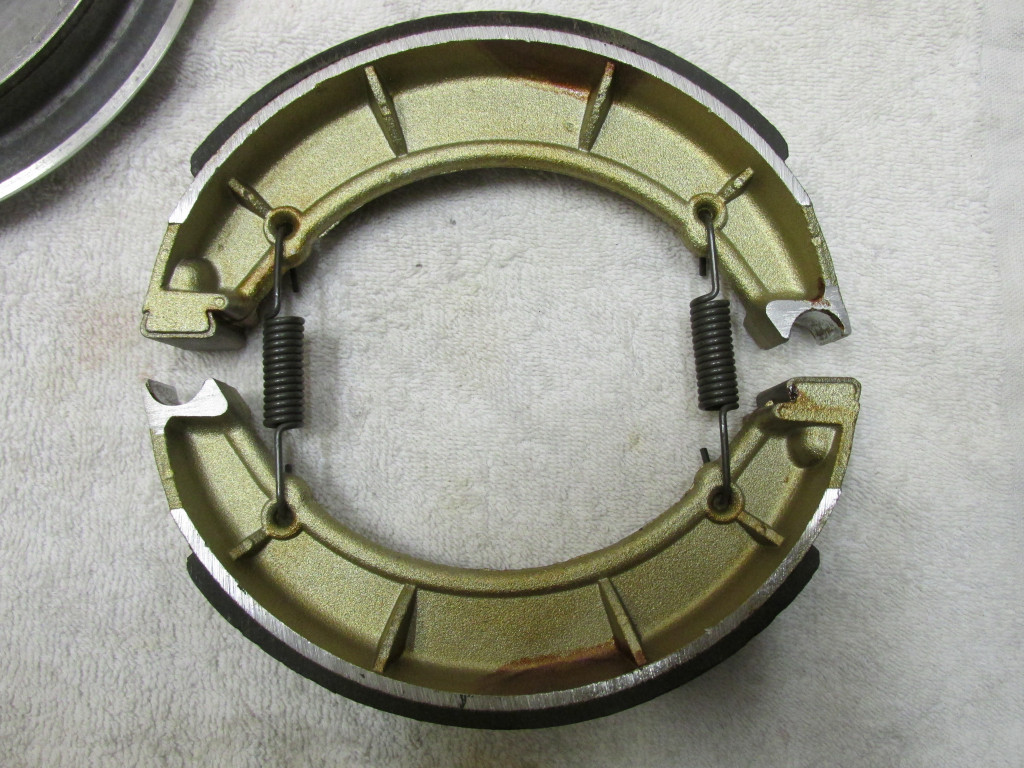 The brake shoes are assembled in this orientation: A fixed pivot facing a rotating pivot on each end.