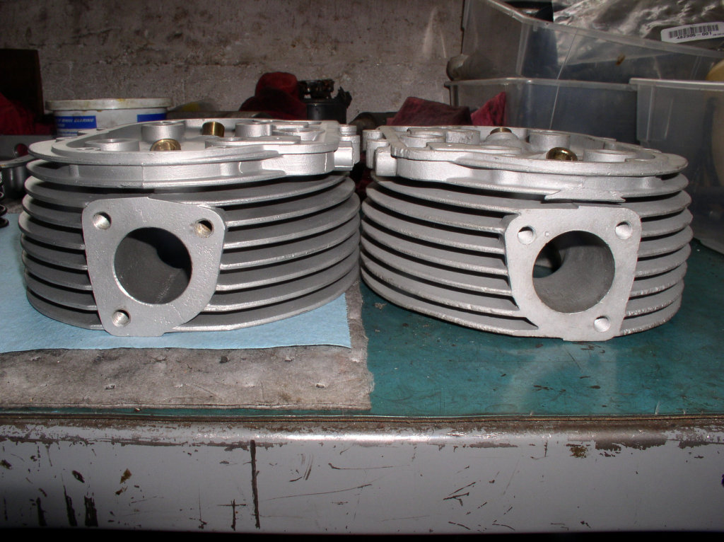 Later cylinder head on left, A-series Ambassador cylinder head on right. Note the larger diameter intake port of the A-series Ambassador cylinder head.