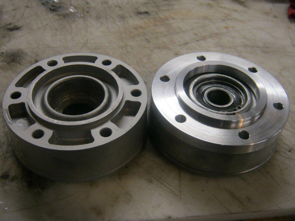 Disc brake spacer for hub flange / bearing carrier / disc