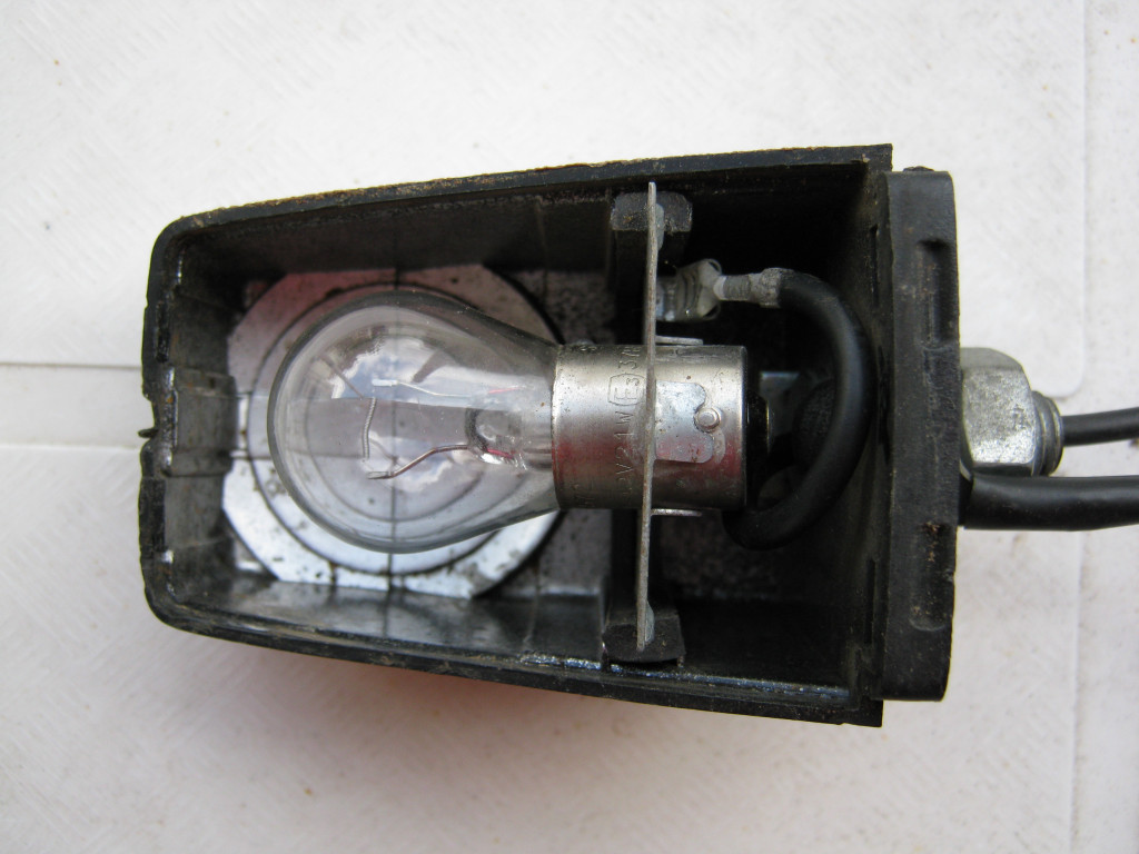Front turn signal wiring (ground and power) for Moto Guzzi Le Mans III models.
